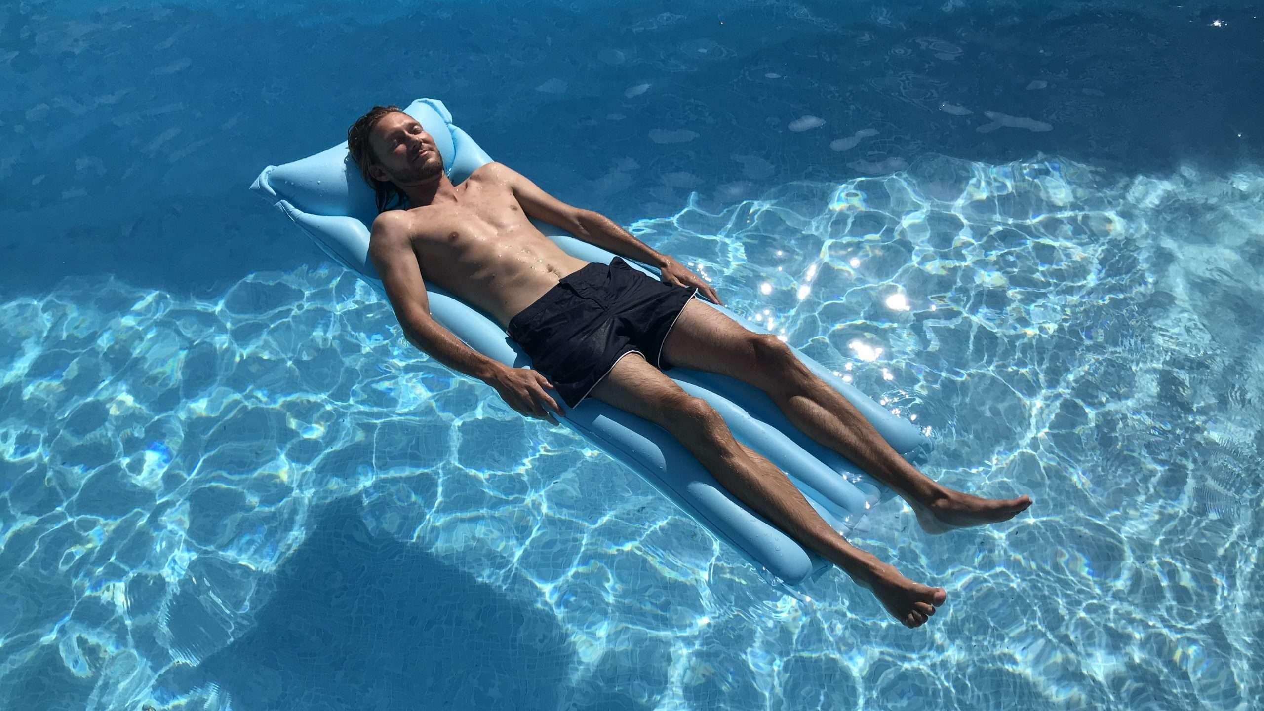Ricco Mortensen - ligger ved poolen